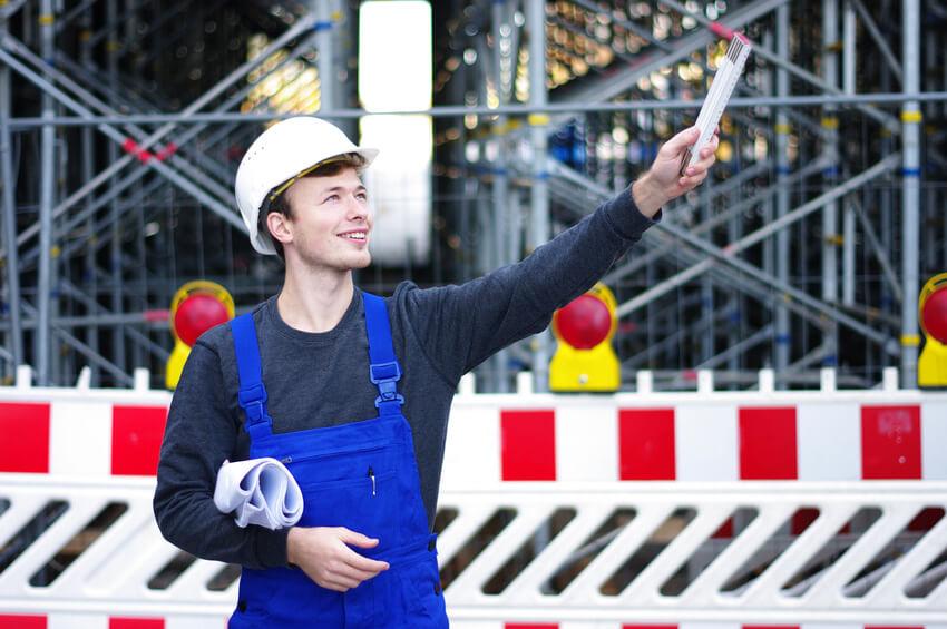 freundlich lächelnder Bauarbeiter auf der Baustelle